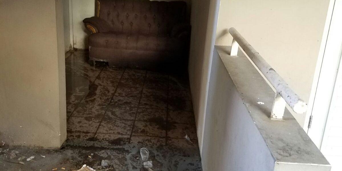 Denuncian casas inundadas de aguas negras en Lares