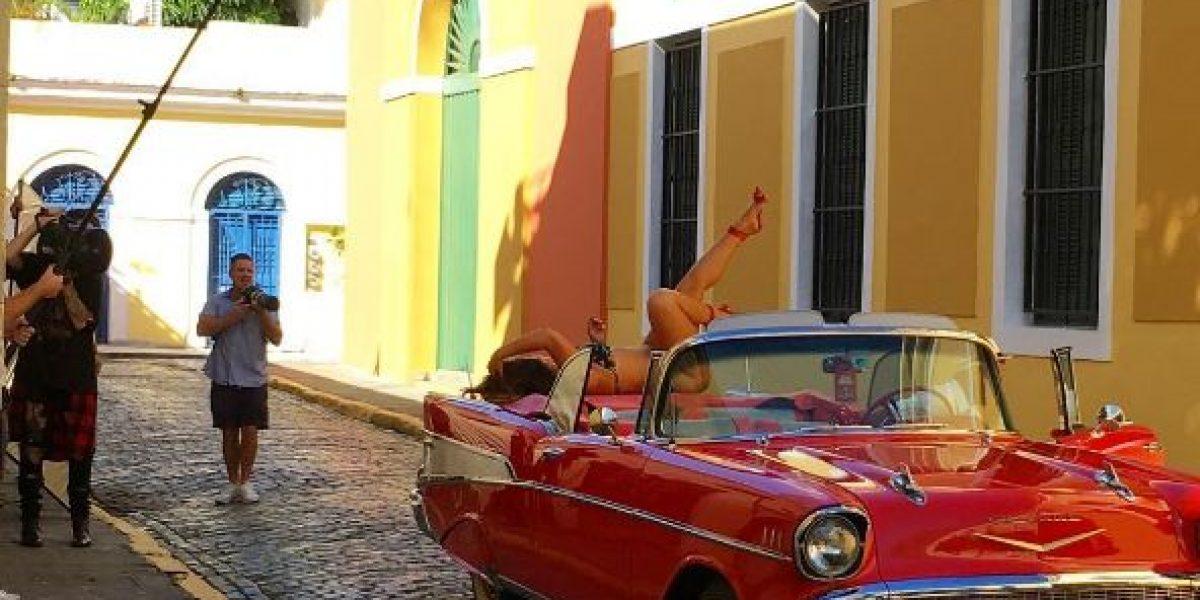Modelo Ashley Graham hace sesión de fotos en la isla