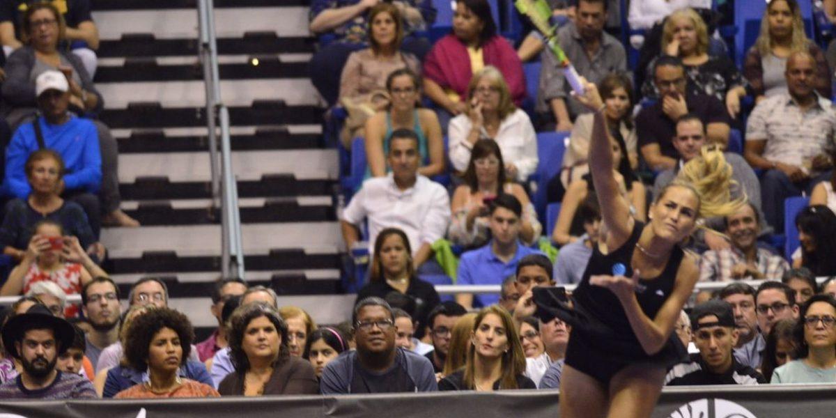 Mónica Puig derrota a Maria Sharapova en intenso partido amistoso