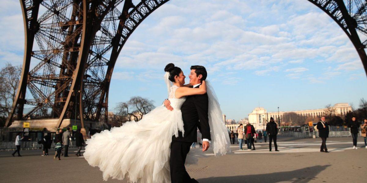 Huelga en Torre Eiffel arruina luna de miel a turistas