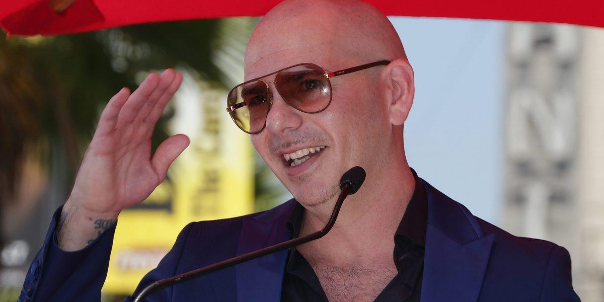 Gobernador pide renuncia de directivo tras polémico contrato con Pitbull