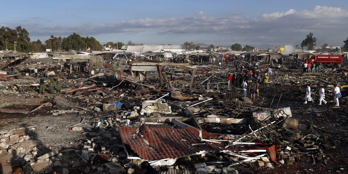 Explosión en mercado de pirotecnia de México deja 26 muertos
