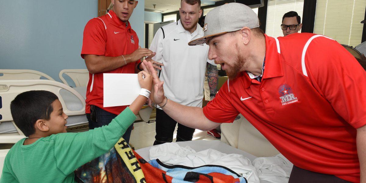 Fotos: Peloteros visitan Hospital Auxilio Mutuo