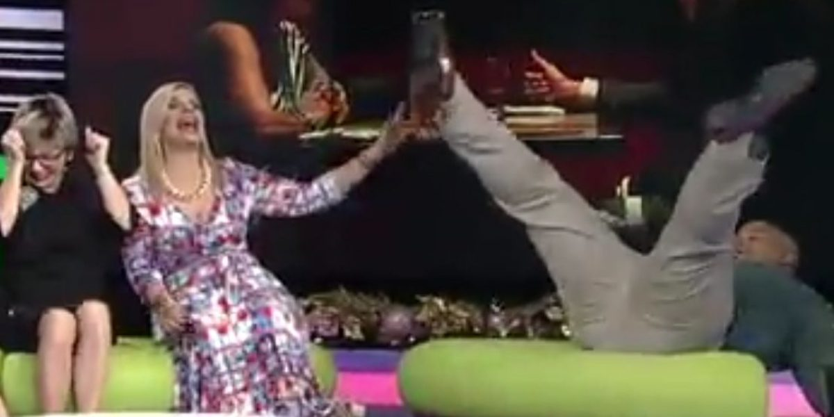 Ali Warrington sufre caída en programa en vivo