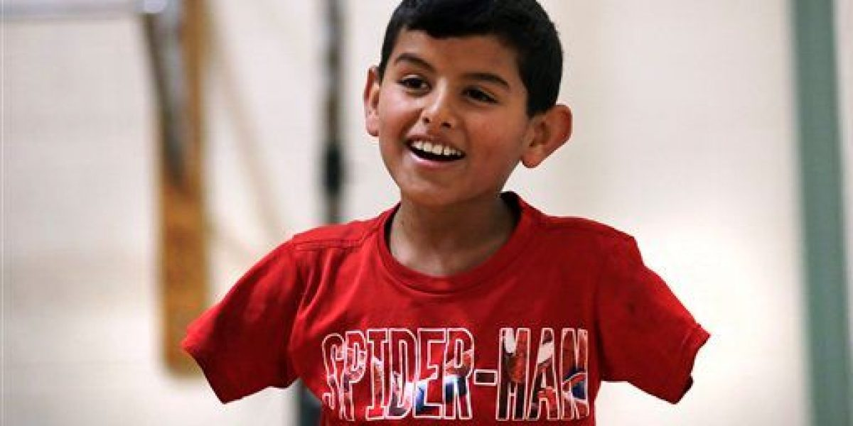 Niño sirio sin brazos quiere reunir a familia