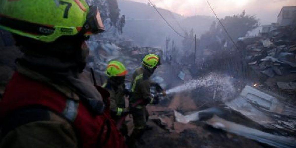 Bombero chileno siguió trabajando mientras ardía su casa