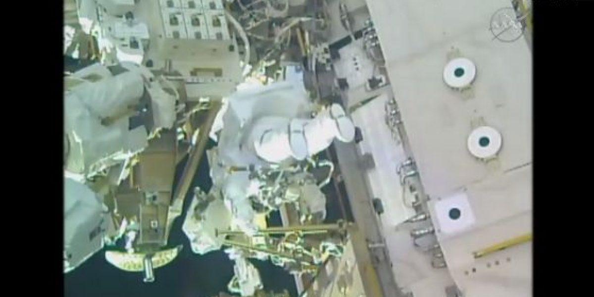 Astronautas realizan primera caminata espacial del año