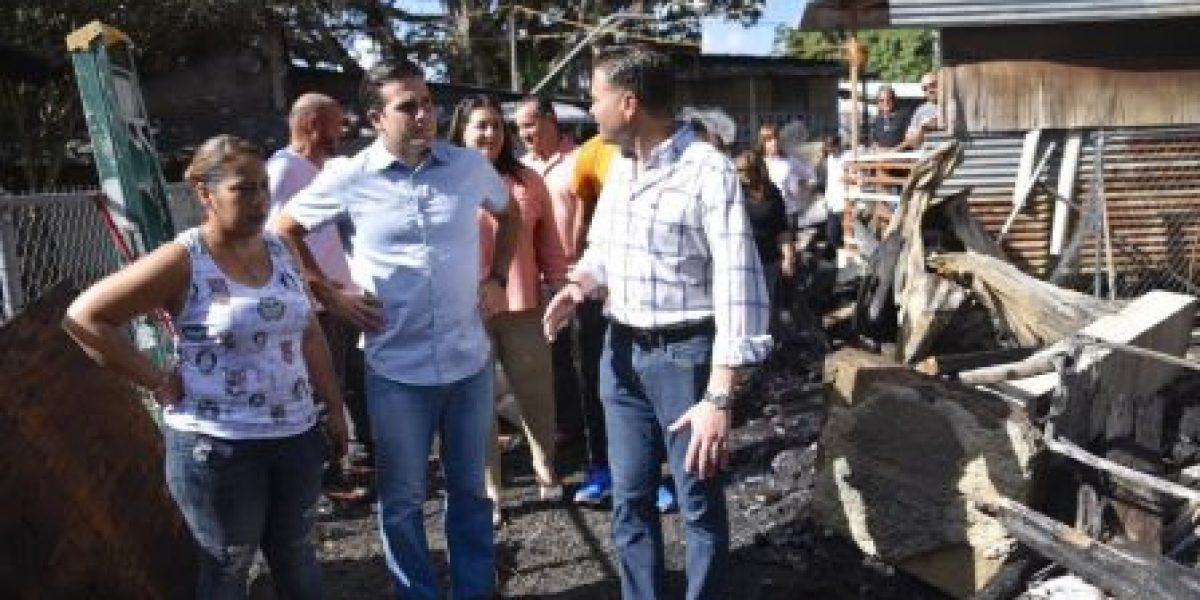Rosselló visita familia afectada por fuego en Cataño
