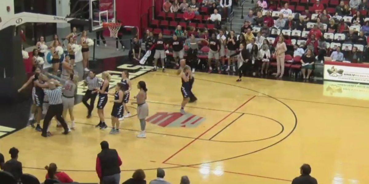 Video: Se forma trifulca en juego de baloncesto femenino
