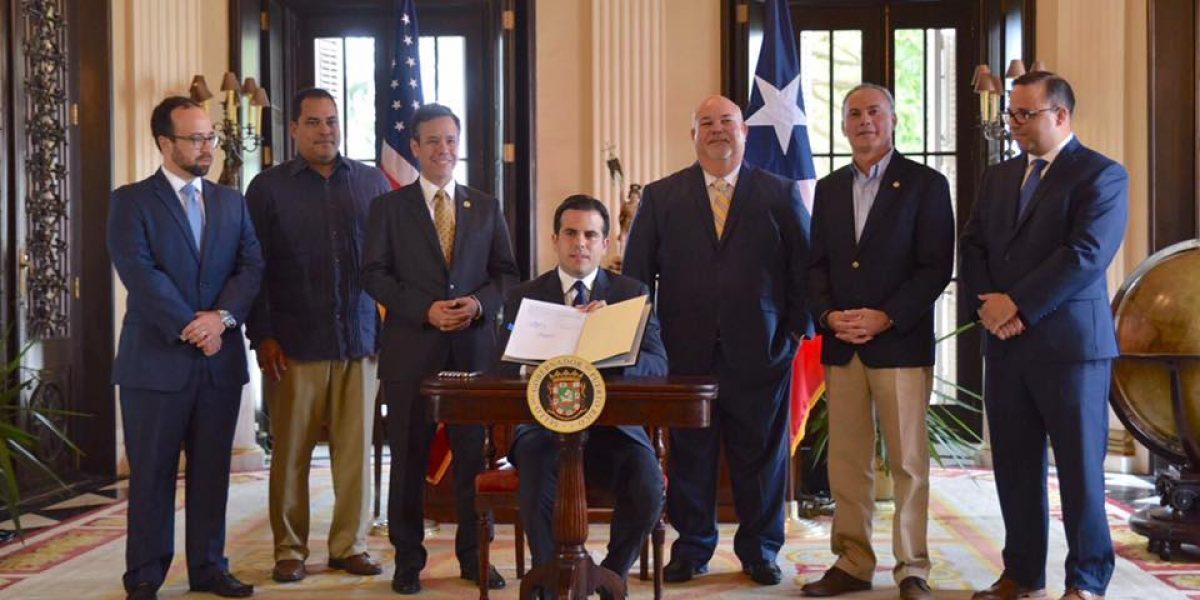 Gobernador firma su primera ley