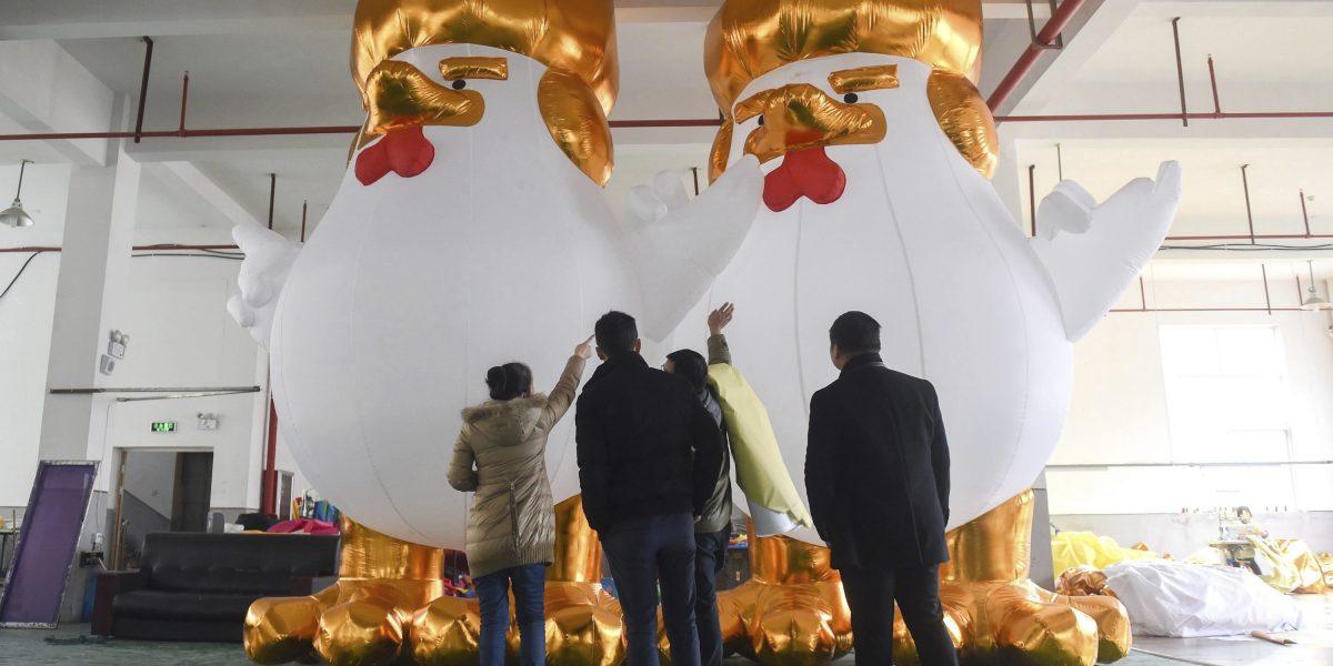 China se prepara para Año del Gallo con pollos inspirados en Trump