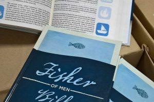 Boricua escribe notas de una Biblia en inglés