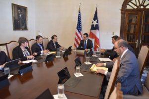 Miembros de la junta se reúnen con el gobernador