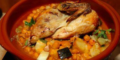 Pollo asado con un cocido de garbanzos.