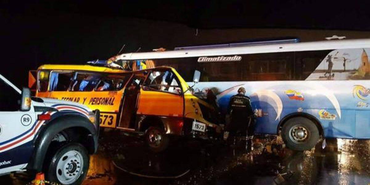 19 muertos en choque múltiple en Ecuador