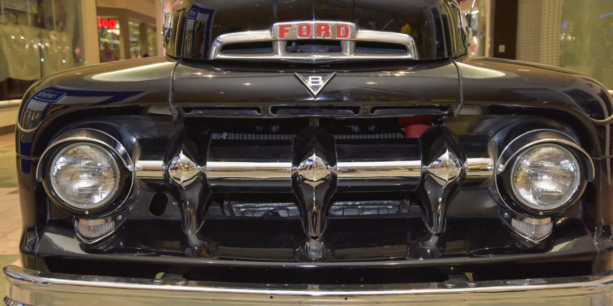 Exhibición de autos antiguos en Plaza las Américas
