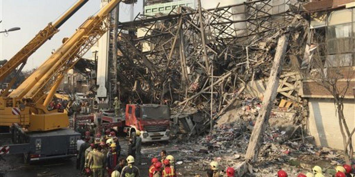 Colapso de rascacielos mata a 30 bomberos en Irán