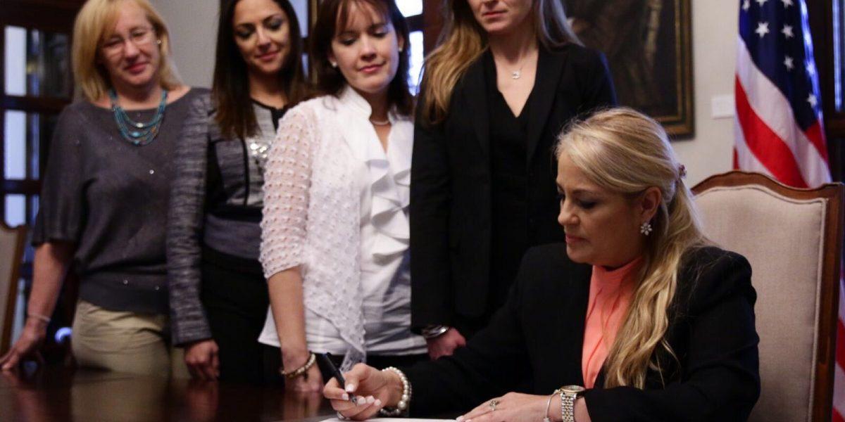 Gobernadora interina firma orden para impulsar equidad