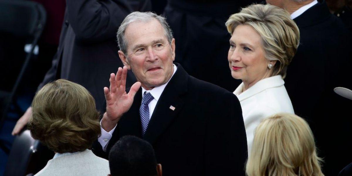 George  W. Bush y su batalla con capa para la lluvia