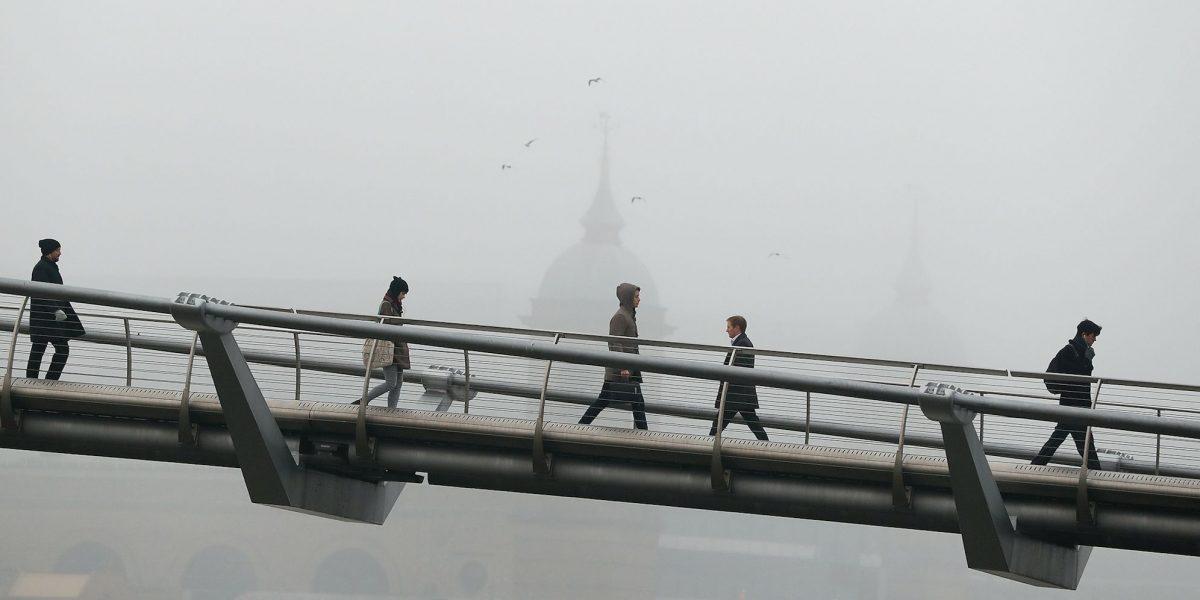 Niebla espesa y gélida demora o cancela vuelos en Londres
