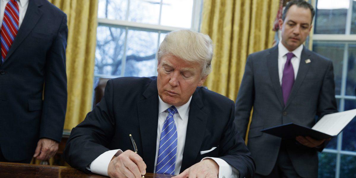Trump firma decreto que frenará ingreso de refugiados a EEUU