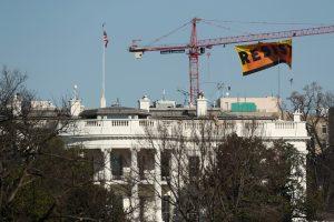 """Los manifestantes de Greenpeace desplegaron una pancarta que dice """"Resist"""" en el lugar de construcción del antiguo edificio del Washington Post, cerca de la Casa Blanca en Washington. (Foto de AP / Andrew Harnik)"""