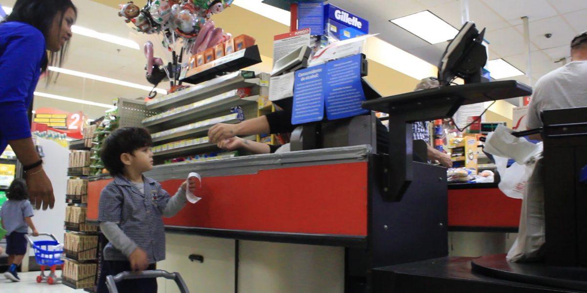 Estos niños de 3 años ya hacen compra en el supermercado