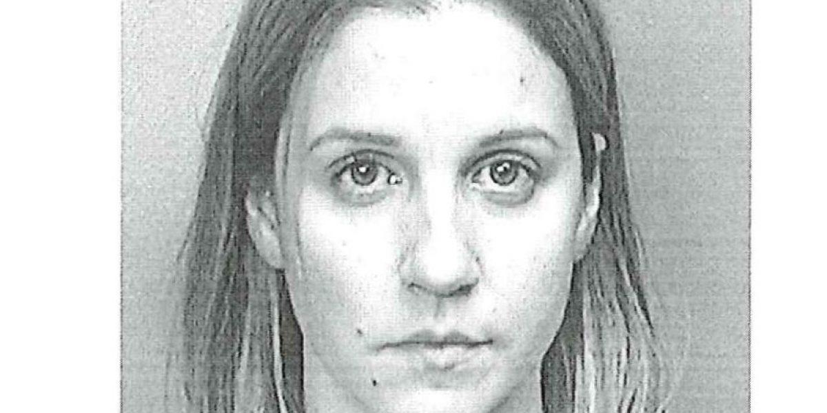Causa para arresto contra maestra que supuestamente mordió estudiante