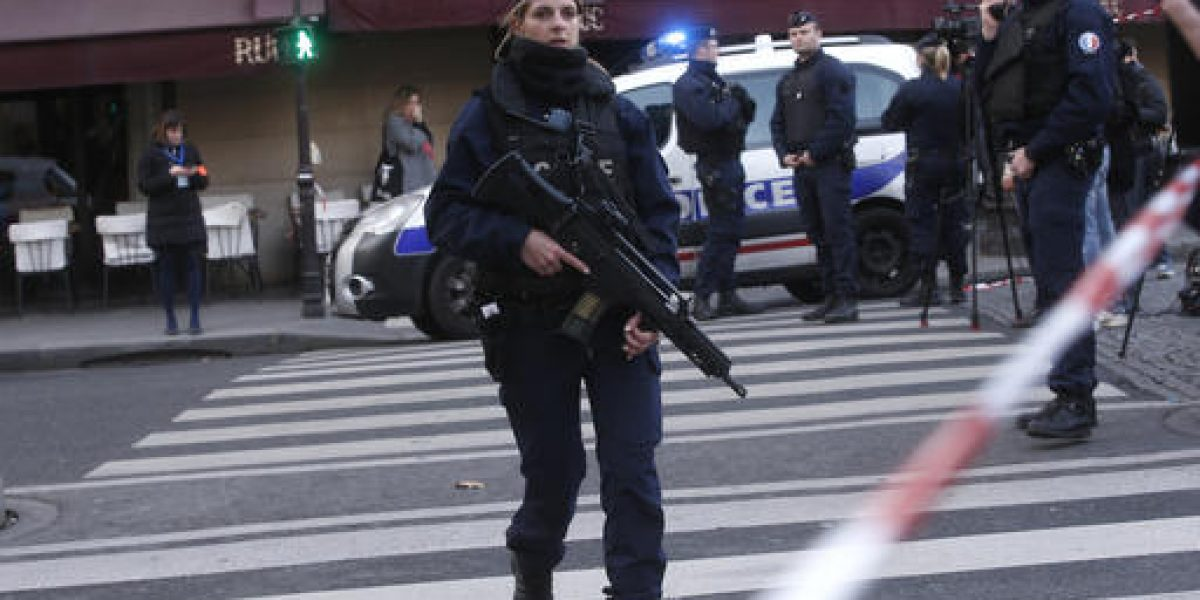 Soldado abre fuego frente al Museo del Louvre en París