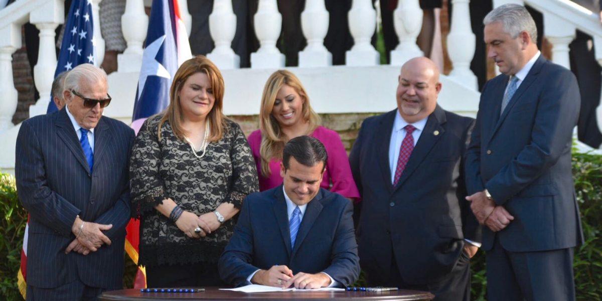 Gobernador firma ley del plebiscito