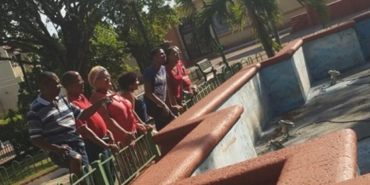 Loiceños se unen para restaurar fuente que adorna plaza pública