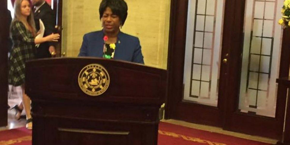 Senadora ora en medio de sesión legislativa por Jefa de Policía
