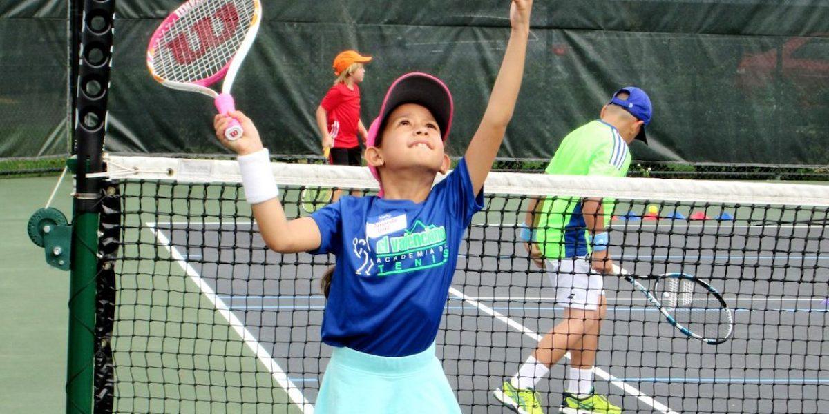 Niños demuestran su talento en torneo de tenis