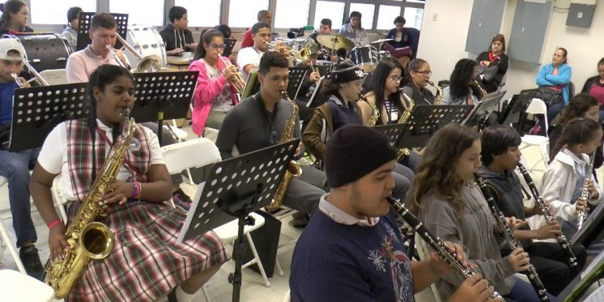 Banda de estudiantes boricuas se luce con Despacito