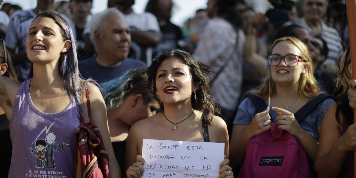 Mujeres argentinas descubren sus senos contra el machismo