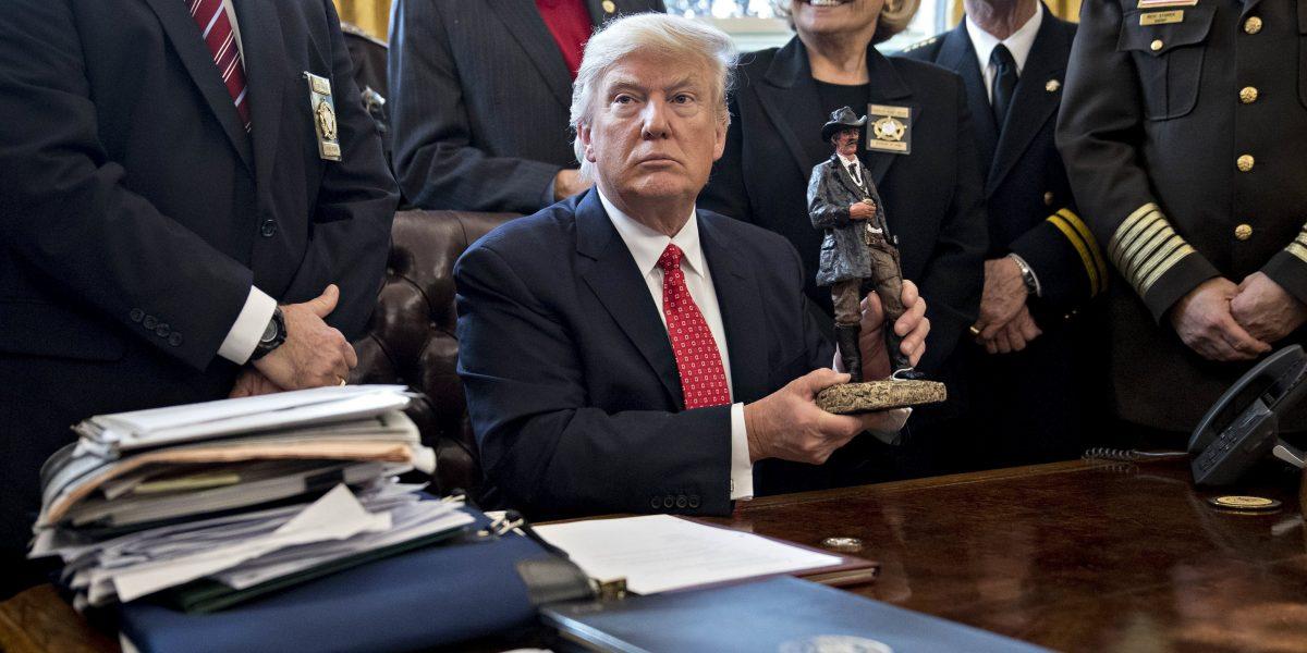 Trump insinúa que la justicia está politizada al defender su veto migratorio