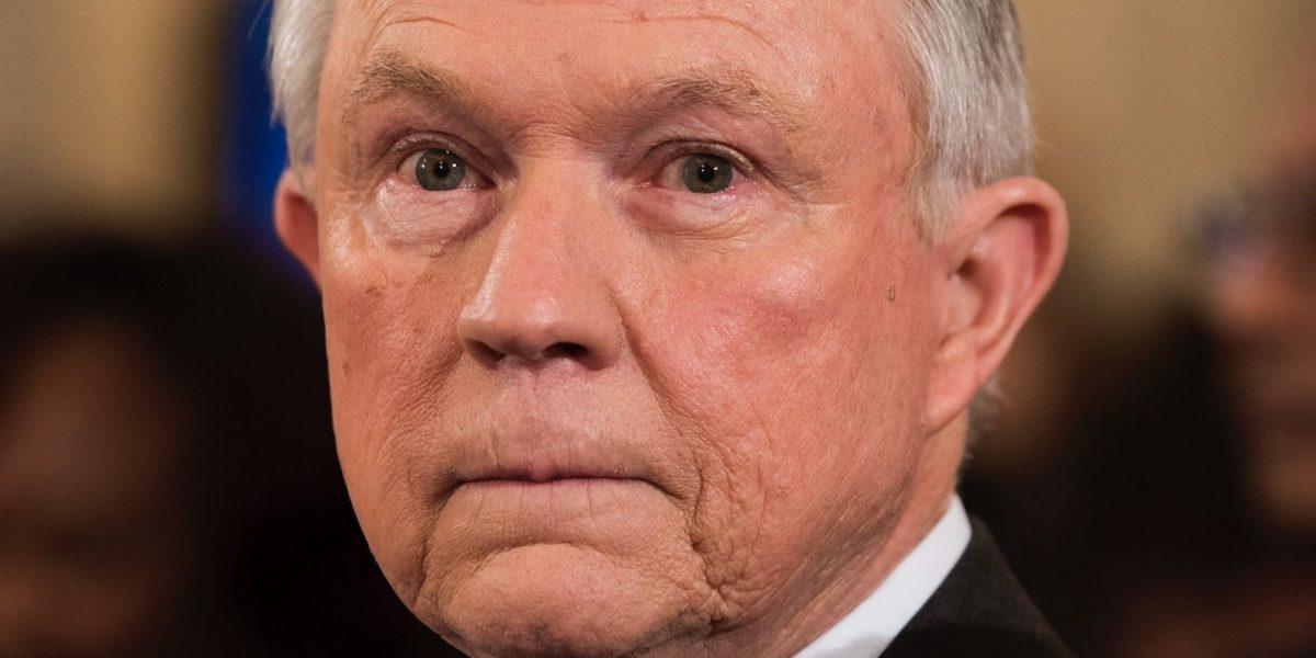 Sessions supera voto del Senado y se convierte en el fiscal general