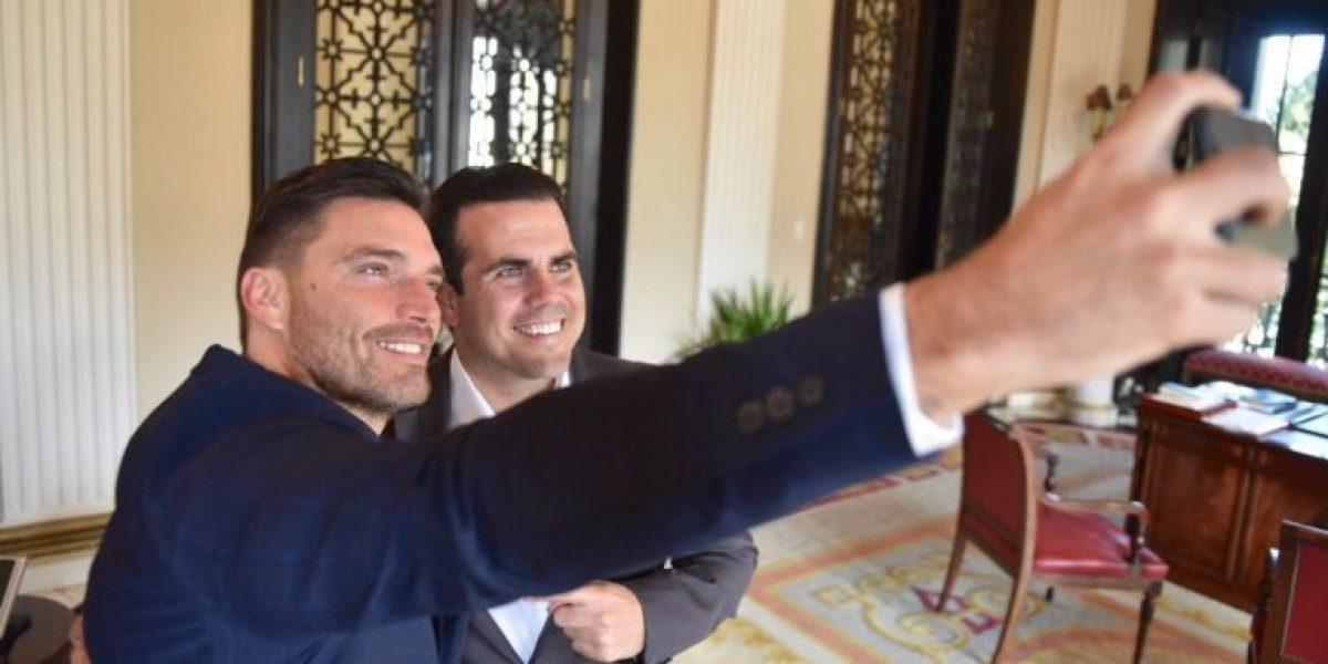 Gobernador recibe a Julián Gil en la Fortaleza