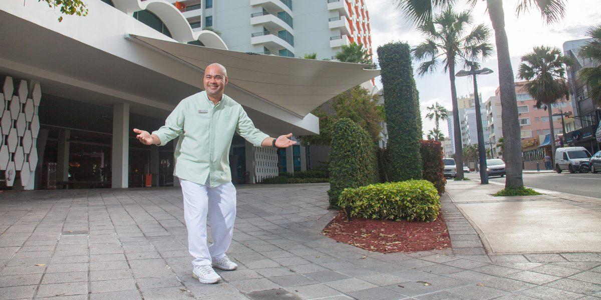 """Maletero de hotel La Concha es """"el hombre más feliz del mundo"""""""