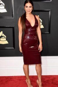 Liz Hernandez muestra escotazo, pero es apropiado para los premios. Sabe que el material del vestido es suficiente y el color. No necesita mostrar nada más.