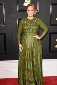 Aunque Adele siempre usa el mismo modelo, se le abona que por lo menos cambió el color.