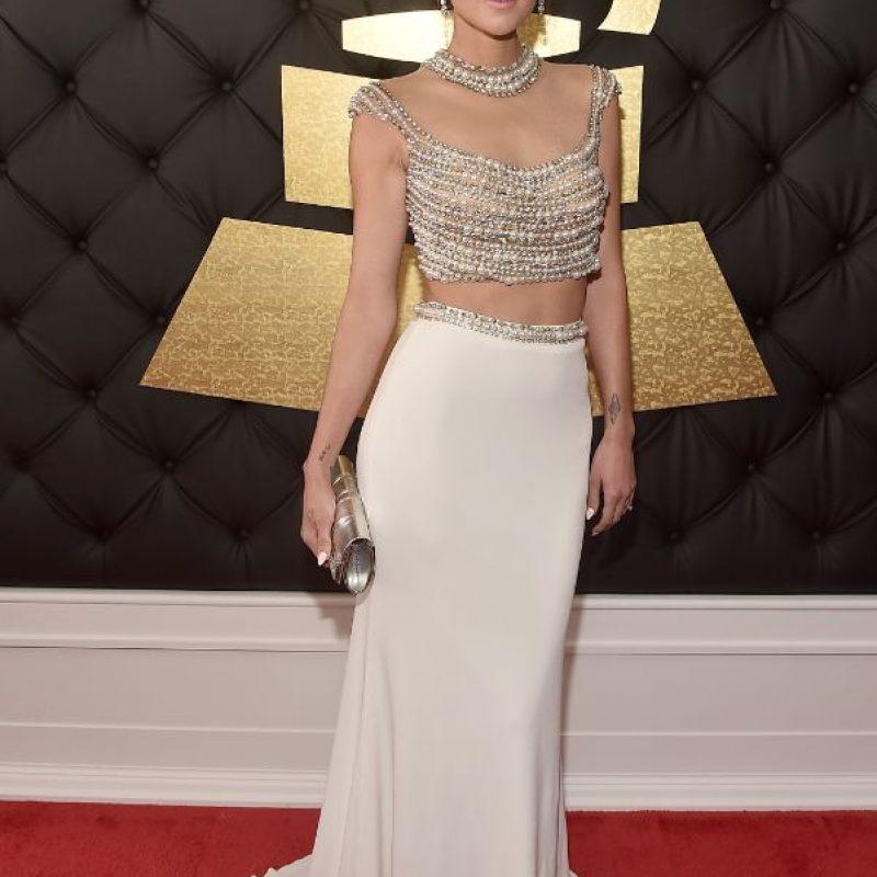 Caroline D' Amore usando perlas como corpiño. Lo bueno es que todo le ajusta, el color es perfecto. No convence la falda, pero el crop top habla por sí solo.