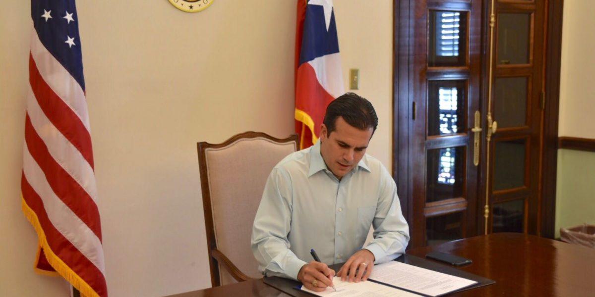 Rosselló firma orden para consolidar oficinas regionales