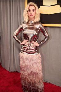 """Katy Perry combinó el vestido nerd de """"Jamás Besada"""" y abajo mató a Montoya, el de Plaza Sésamo. Tom Ford, ¿en qué pensabas?. Imagen Por: Getty Images."""