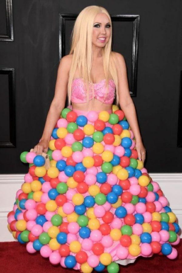 Girl Crush fue a una piscina de pelotas para niños y lo combinó con flores y muchos colores (y la sustancia X). Salió como un helado de fresa con toppings.. Imagen Por: Getty Images