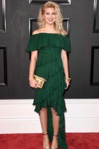 Tori Kelly luce una tendencia que no muere aún en verde. Pero, ¿no es exceso de volados?. Imagen Por: Getty Images