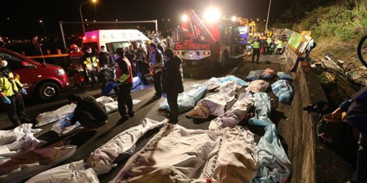 Autobús con turistas vuelca en Taiwán; deja 32 muertos