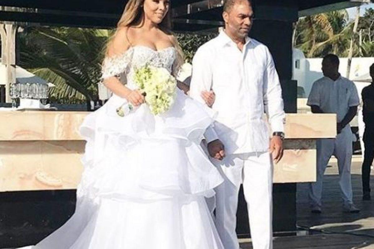 Su padre la entregó a su ahora esposo.