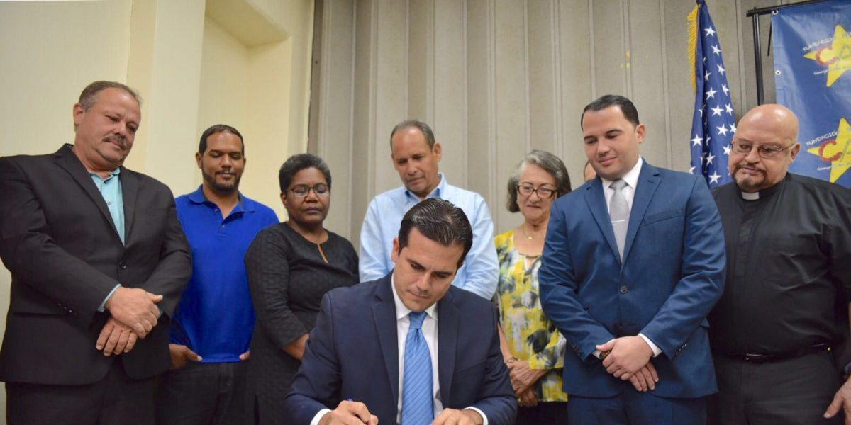 Gobernador firma ley que crea Oficina de Desarrollo Socioeconómico