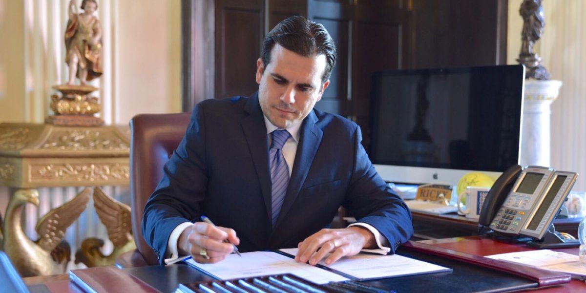 Gobernador firma orden que allegaría fondos a UPR